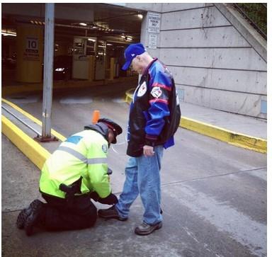 弯腰下跪为老人绑鞋带 加国警察爆红