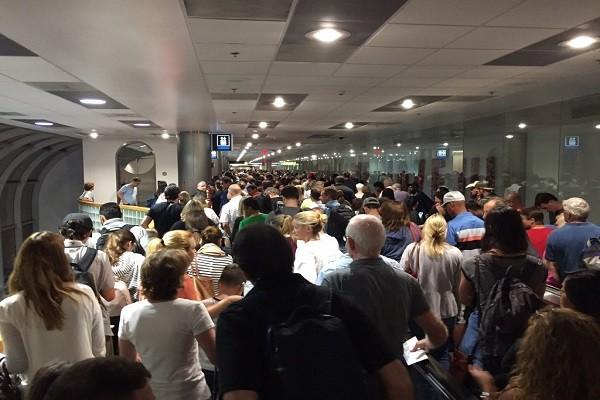 美海關電腦大當機 旅客大排長龍怨聲載道