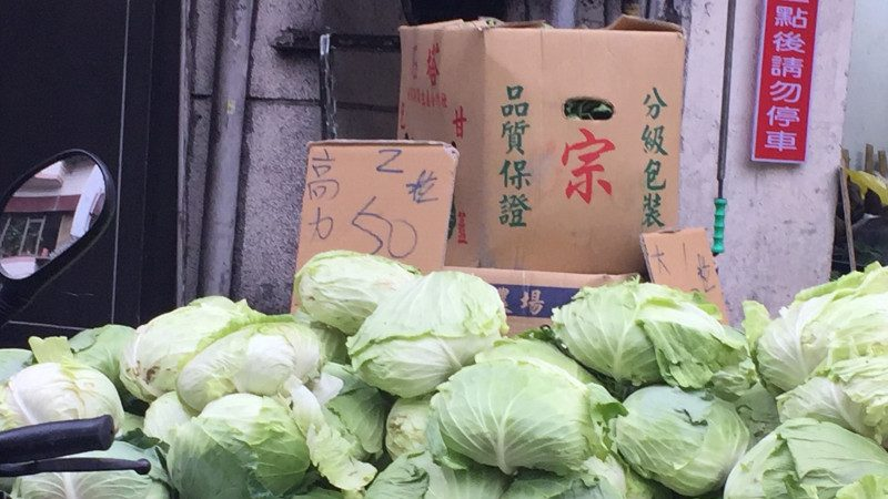 台中年货大街 今明两天捐发票换高丽菜