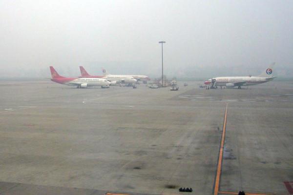 成都機場遭無人機干擾 58航班備降1萬旅客滯留