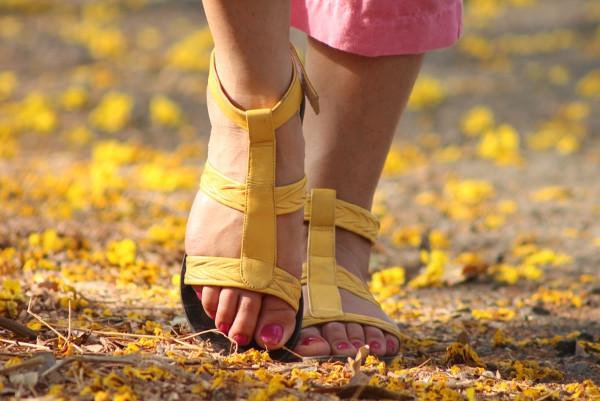 她脚后跟疼得不能走路,拿这颗高尔夫球踩一踩竟治好了!