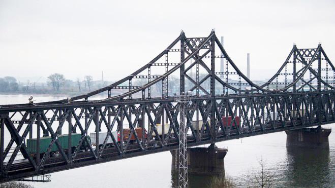 中國企業大批撤離朝鮮 數百車輛排長隊過海關