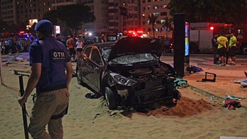 疑癫痫发作 巴西男开车冲入海滩 1婴儿死亡15人伤