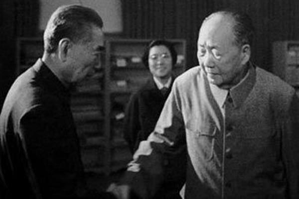 """周恩来死前急召一人 牵出毛泽东""""惊慌逃命""""秘密"""