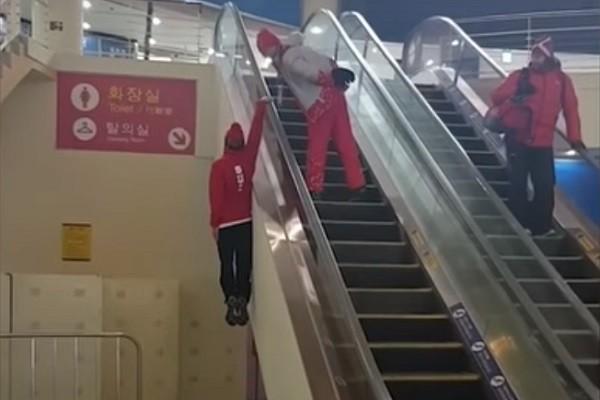 瑞士滑雪选手搭电扶梯出怪招 可别模仿!