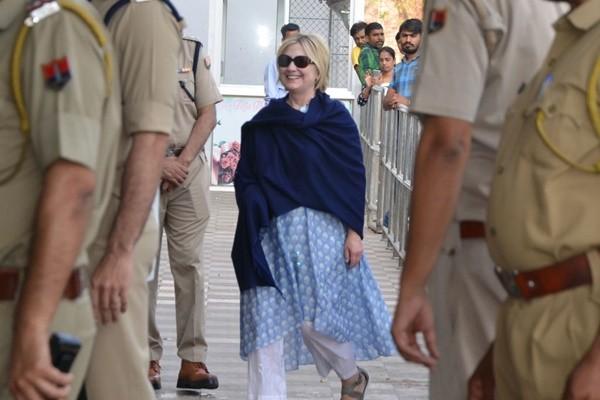 印度行频出状况 传希拉里在浴缸滑倒右手骨折
