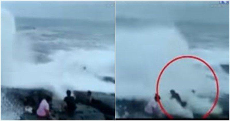 """死亡自拍!印度游客海边自拍 大浪打来瞬间""""3剩2"""""""