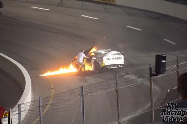 赛车失控起火 父不顾一切救儿 却因这个原因遭处罚(视频)