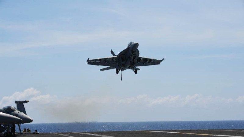 美航母大黄蜂战斗机坠海  2飞行员获救