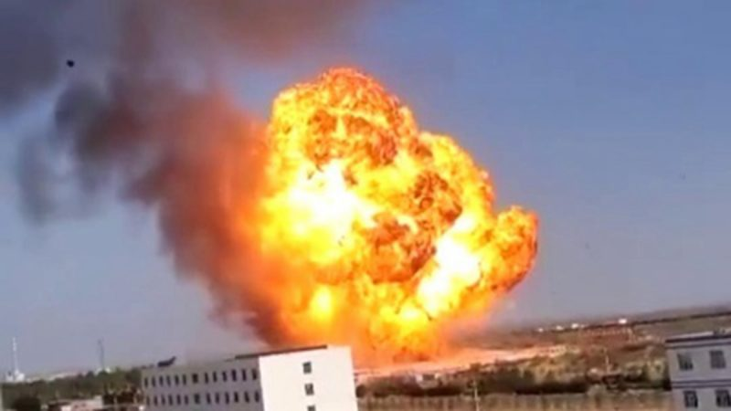 陕西油罐车起火爆炸 巨大火球直冲半空