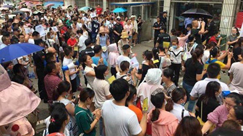 湖北萬人也上街抗議 遭千警鎮壓(視頻)