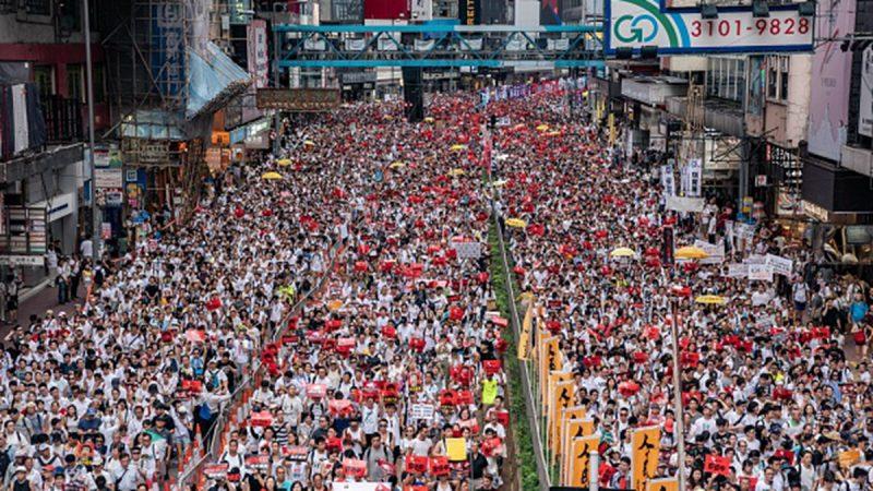 外媒記者絞盡腦汁 形容香港空前規模大遊行(視頻)