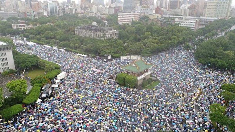 拒绝红色媒体 台湾数万人挤爆凯道表诉求(视频/组图)