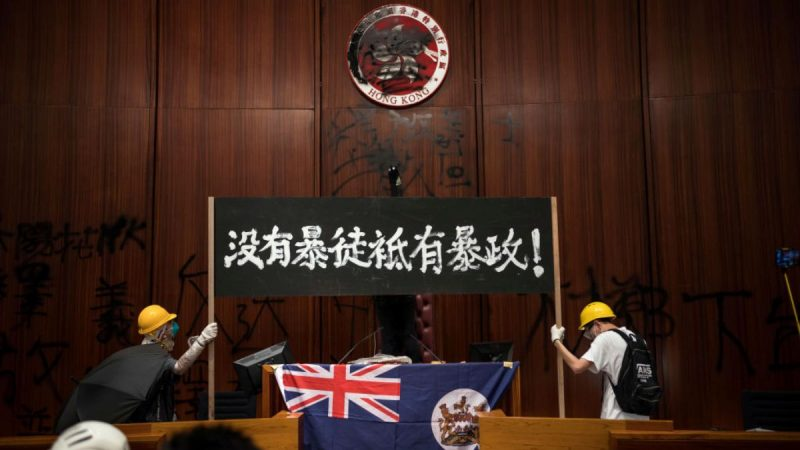 香港立法會震撼一幕 抗議者最後一刻搶出4「死士」(視頻)