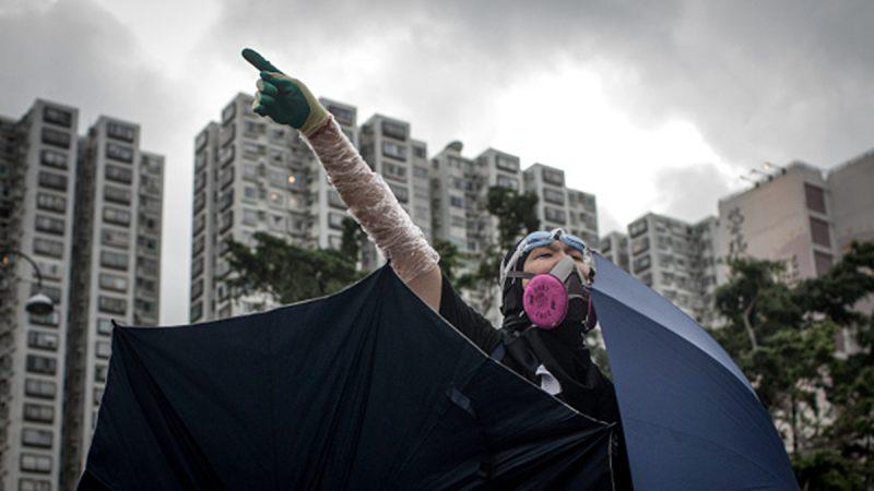 李小龍再現?示威者飛腳踢翻港警救出同伴(視頻)