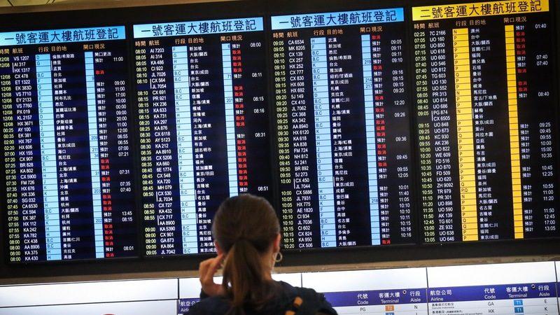 香港机场恢复作业 今仍逾200班机取消
