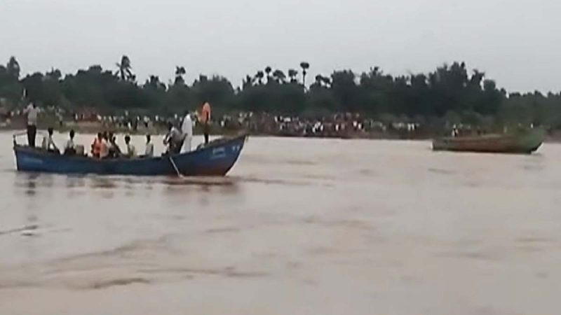印度載63人觀光船翻覆 至少12死數十失蹤