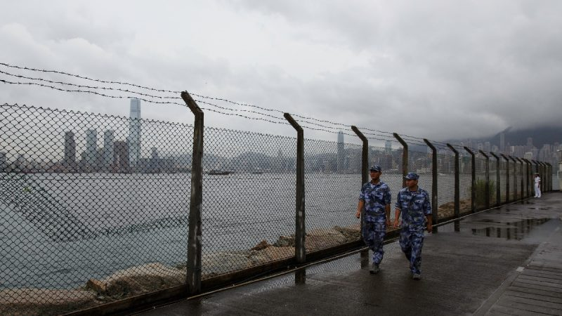 英媒:神秘货船黑夜抵港 疑卸载重型军备