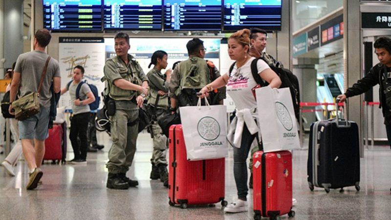 香港9.7機場抗議 警方水炮裝甲車全出動攔截