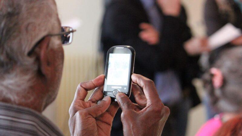 是否及何時拿走老年人的手機?