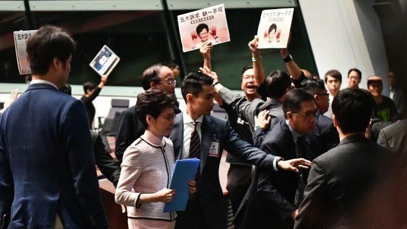 林鄭施政報告未讀完 強烈抗議聲中黑臉「脫逃」