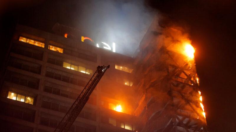 智利示威破坏纵火 首都关闭整个地铁系统