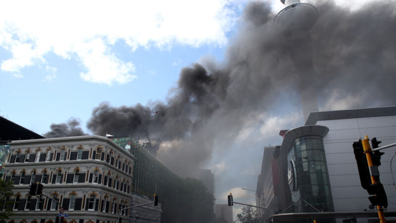 奧克蘭天空之城突發大火 濃煙滾滾至少1傷1失蹤