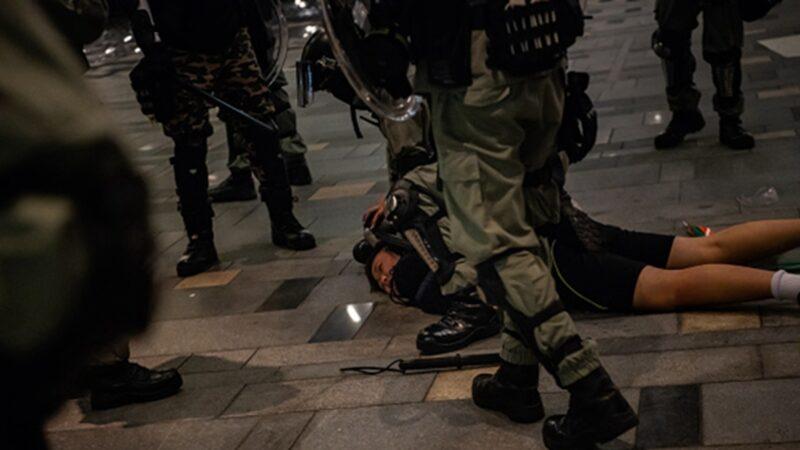 香港烽火夜 港记者后脑中弹 押往警署又围殴9处伤