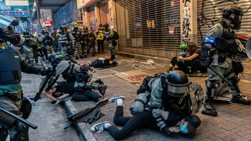 惊曝作战部队进入香港 抗争学生捡获大陆警棍