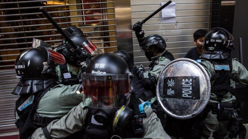 港警乔装示威者太逼真 被速龙挥棍打爆(视频)