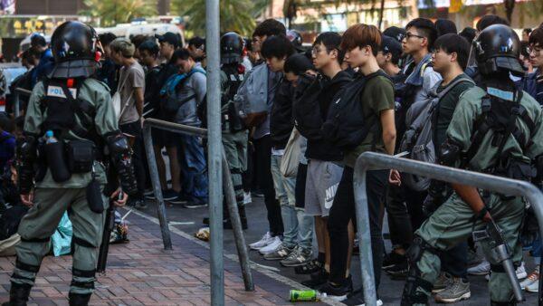 英媒:一批香港年轻人双手反绑 恐押到大陆集中营