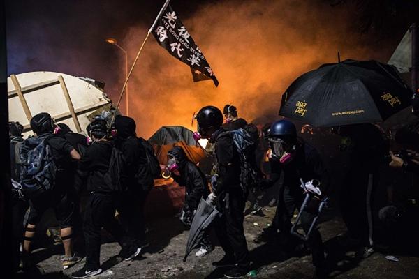 組圖:「魔警」強攻中大 學生槍林彈雨中堅守