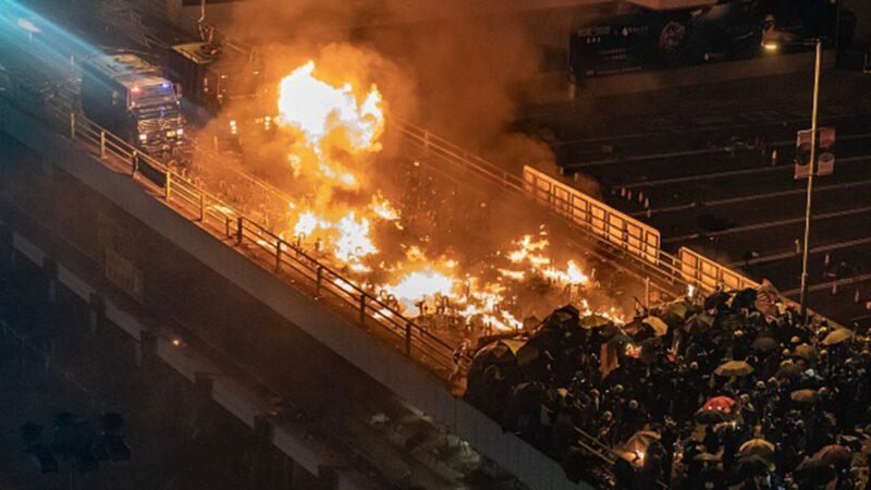 组图:香港理大再成战场  2部装甲车冲向学生