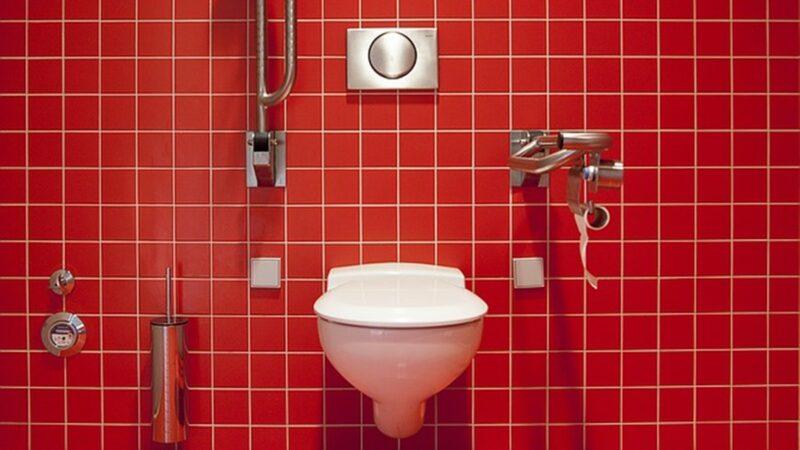 深圳公厕要扫码付费 超时自动开门惹游客不满