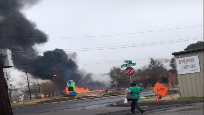 美小飛機墜毀前撞汽車 機上5死地面3人傷