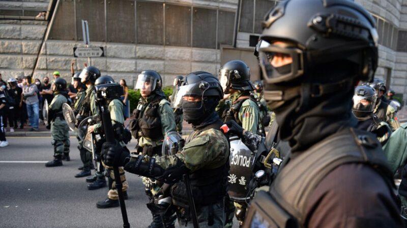 """香港警察""""反水"""" 脱下制服参与抗争(视频)"""