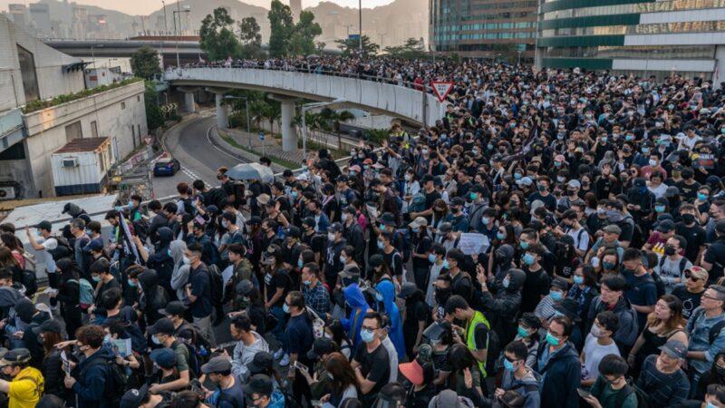 """组图:38万港人""""不忘初心"""" 多地爆发警民对峙"""