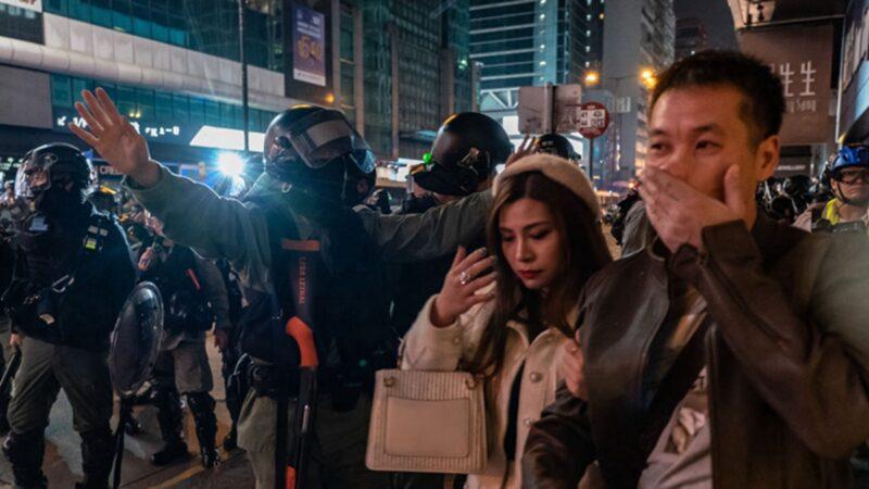 普通话女士大骂港警:你们是共产党的走狗(视频)