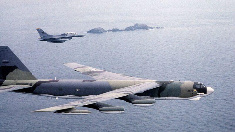 川普「動武」話音剛落 美2偵察機齊飛朝鮮