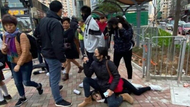 港警再抓多名中学生 直接坐被捕女生头上