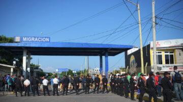 中美洲移民借道墨西哥 边境桥梁拦下1500人(视频)