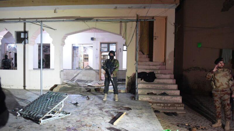 巴国清真寺遭自杀炸弹攻击 满布瓦砾碎片34人死伤