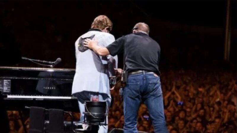 英国歌手中招肺炎失声 演唱会中断流泪道歉