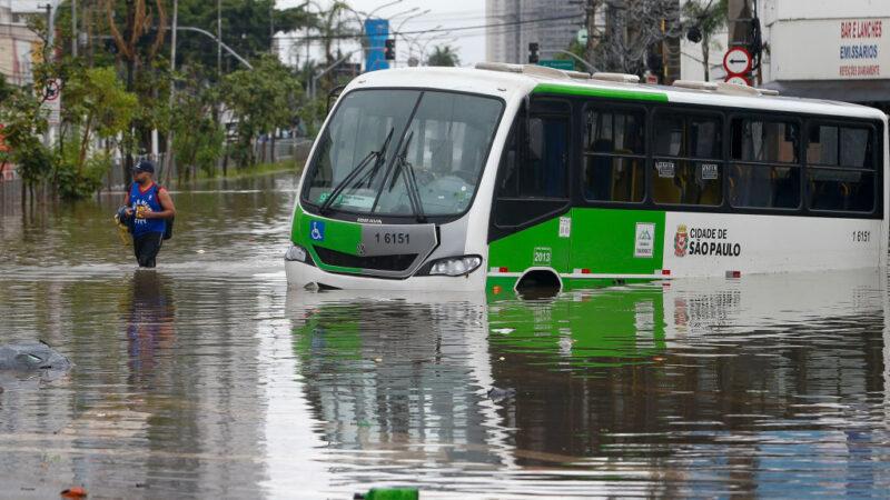 降雨创37年纪录 巴西圣保罗交通大瘫痪