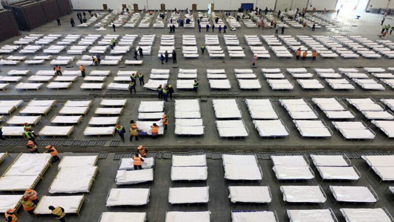 武漢隔離點內部駭人 千名患者睡通鋪(視頻)