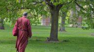 老僧从冥府归来 传信给行恶的官员们