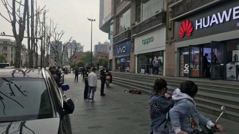"""武汉解封首日 街头再现""""路倒"""""""