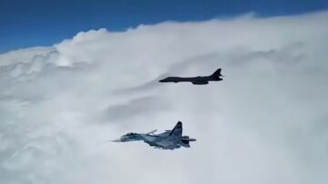 """美B-1B轰炸机黑海演习 俄战机升空""""伴飞"""""""