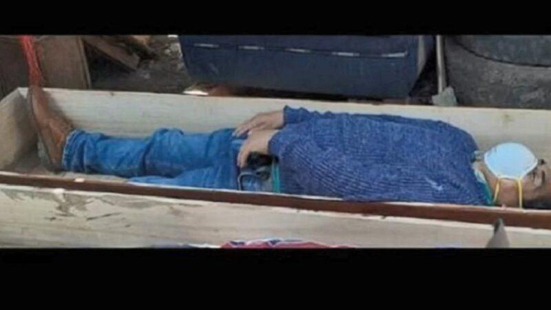 違禁令與朋友歡聚 秘魯市長躺棺材躲警察