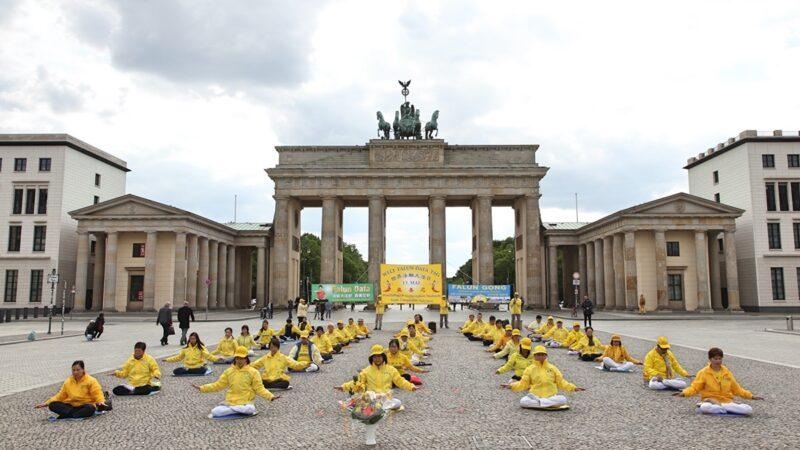 德国柏林法轮功集体炼功 庆祝法轮大法日